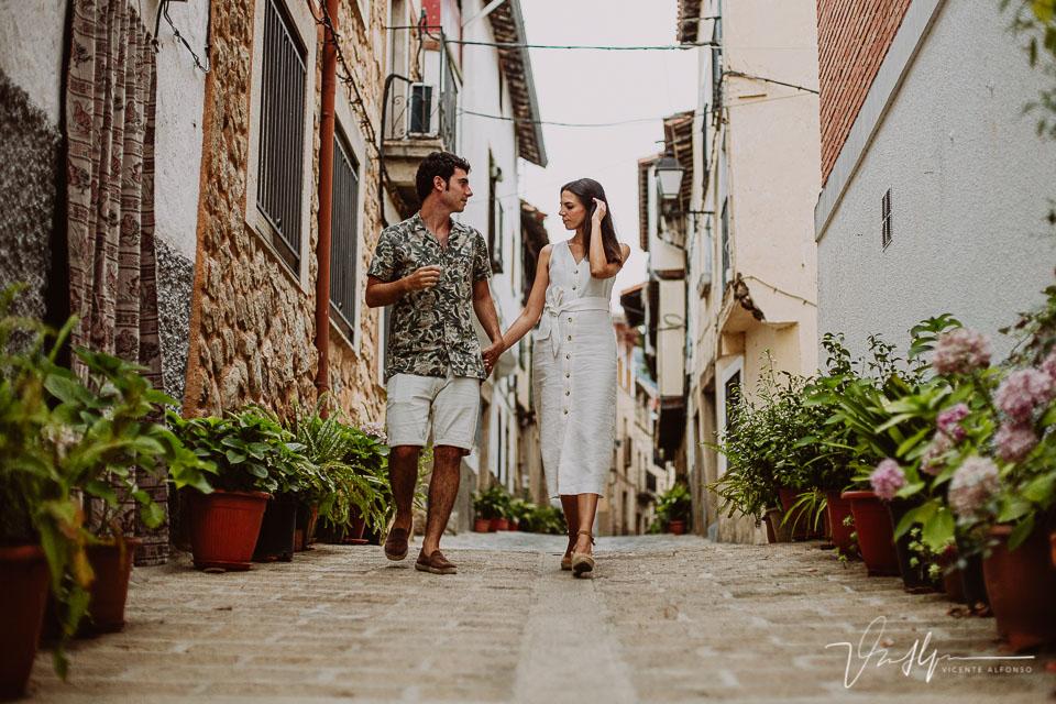 Pareja paseando por las preciosas calles de Pasarón de la Vera