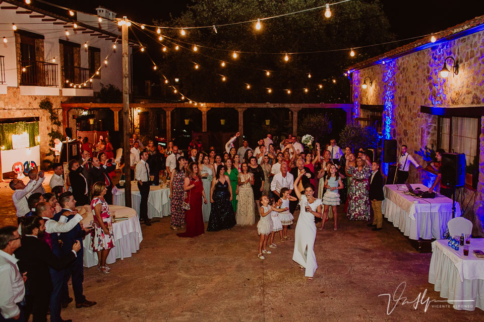 Baile y fiesta en la boda Iker y Sara en el Hotel Rural Villa Xarahiz en Jaraiz de la Vera