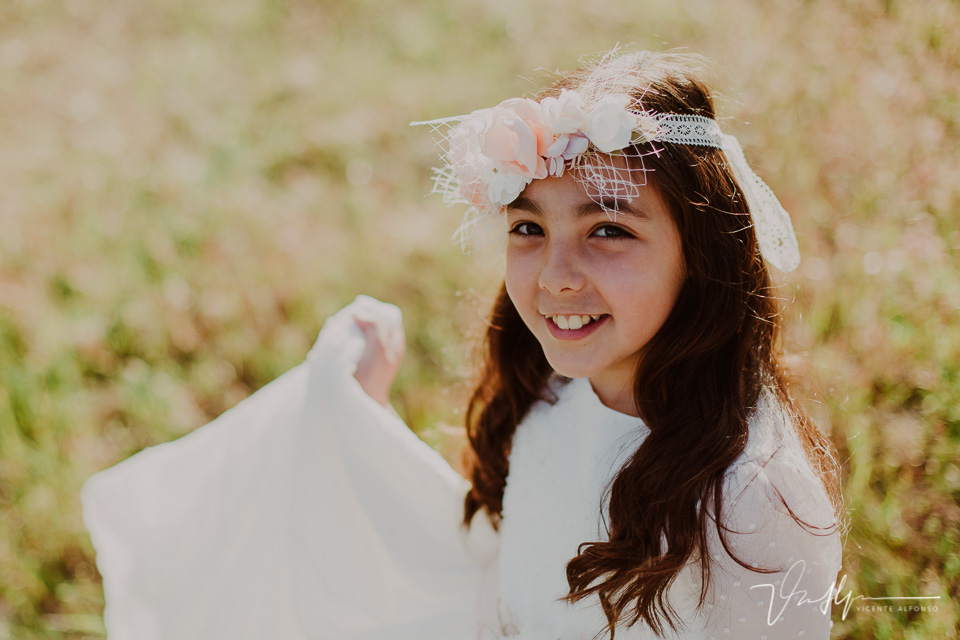 Sonrisa niña vestida comunión