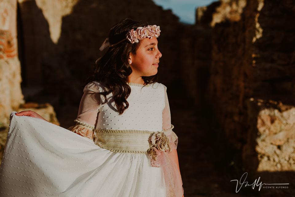 Fotografía niña comunión junto a puerta