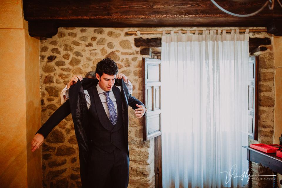 Reportaje de boda Novio vistiéndose