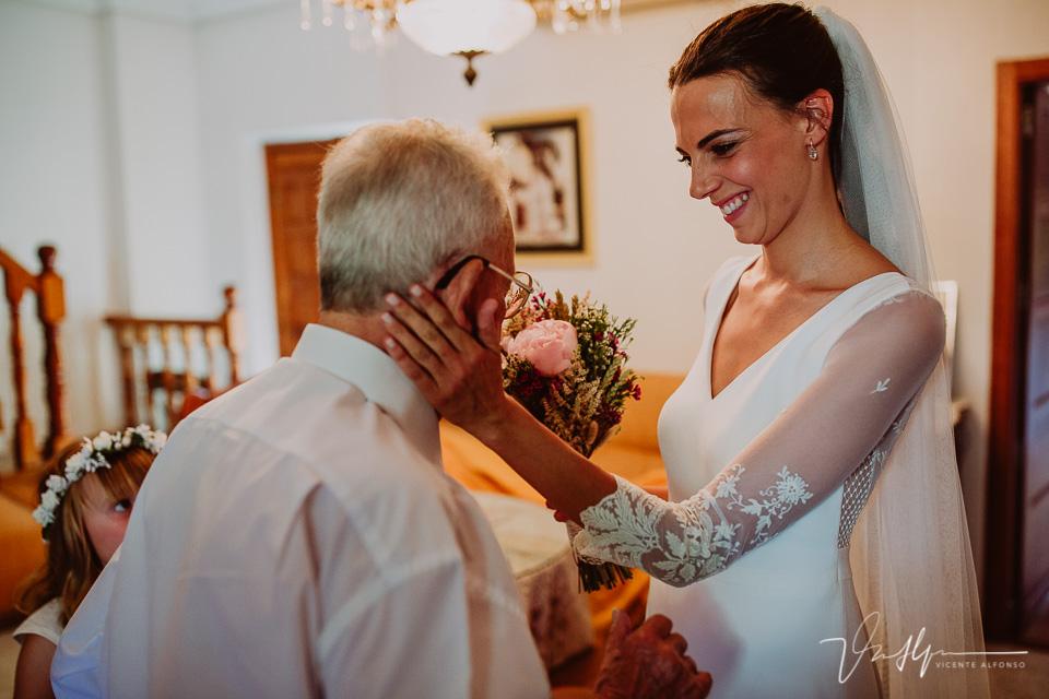 Reportaje de boda novia vistiéndose