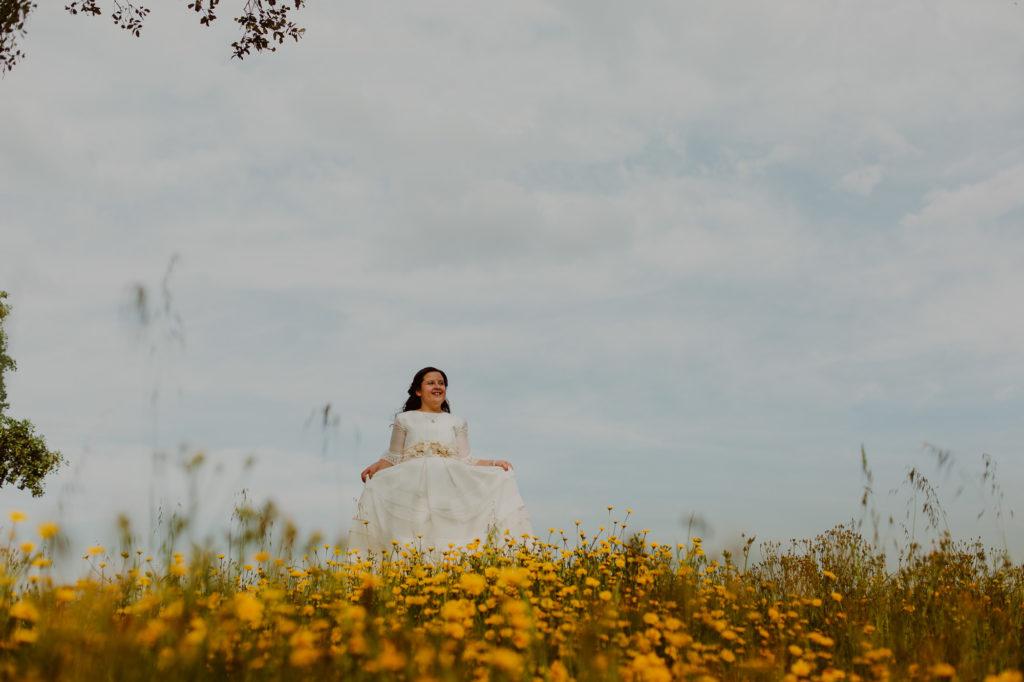 Niña vestida de comunión en el campo