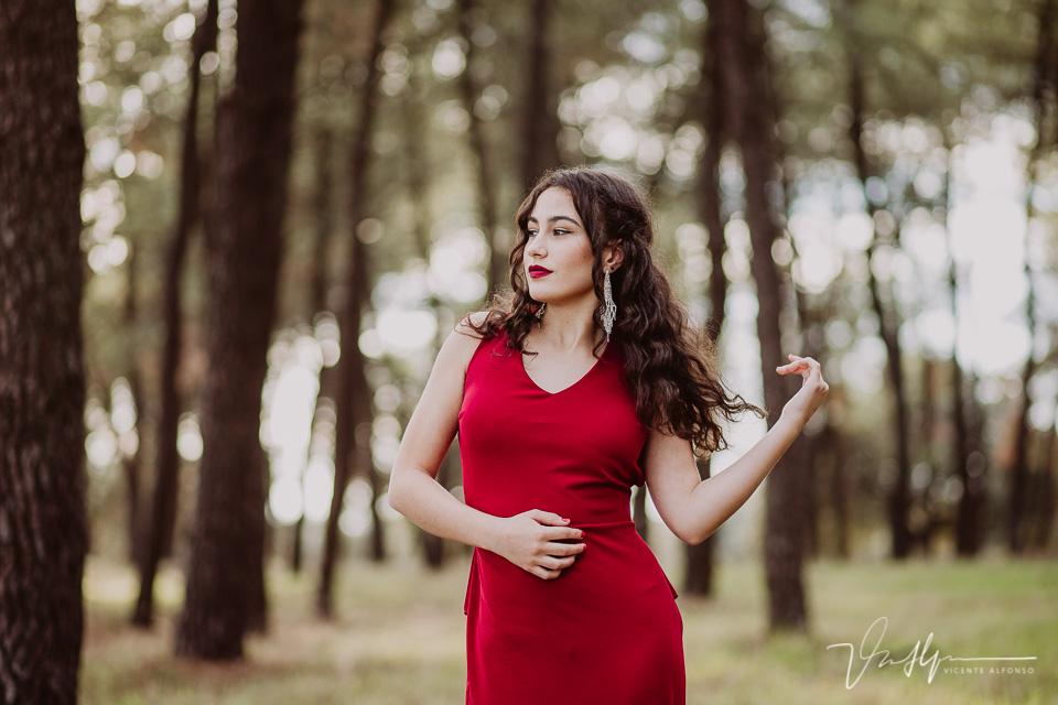 retrato mujer con vestido rojo en un bosque