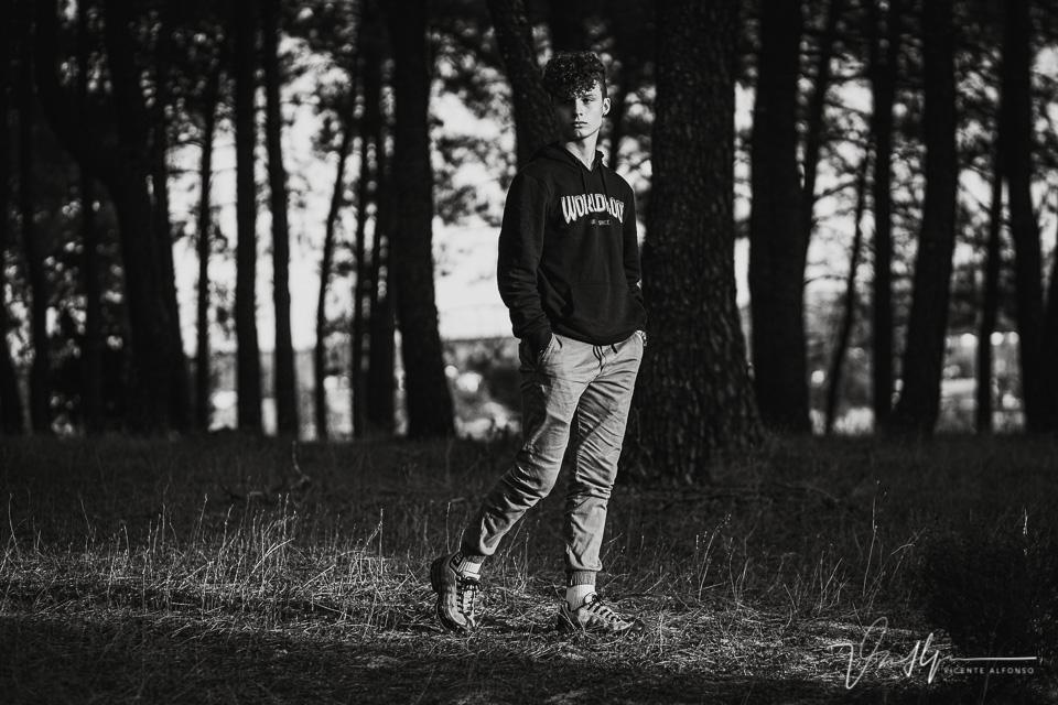 joven andando por el campo al atardecer
