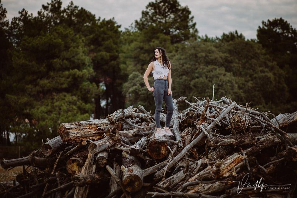 chica subida a troncos para publicidad