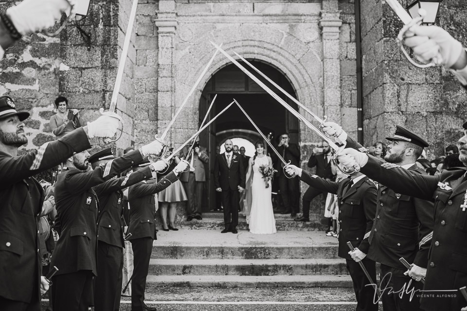 Fotografía de bodas 2021 - salida de la ceremonia con espadas 01