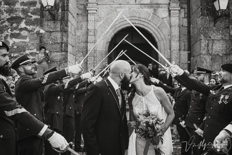 Fotografía de bodas 2021 - salida de la ceremonia con espadas 02