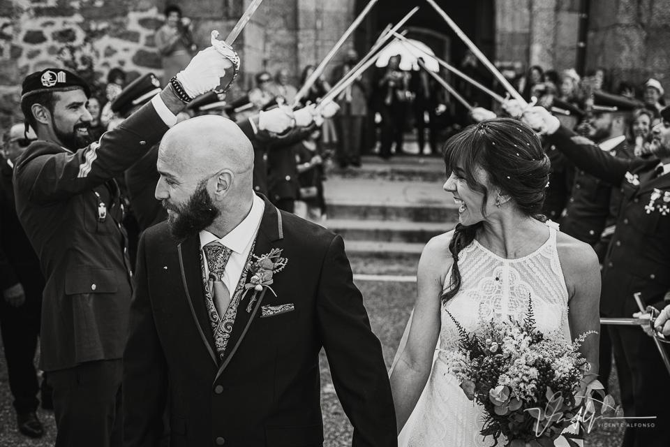 Fotografía de bodas 2021 - salida de la ceremonia con espadas 03