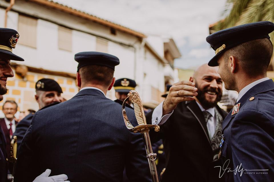 Fotografía de bodas 2021 - salida de la ceremonia con espadas 05