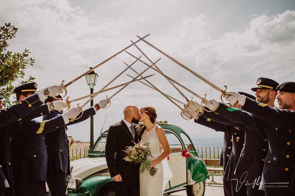 Fotografía de bodas 2021 - salida de la ceremonia con espadas 07